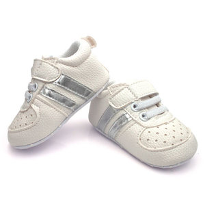 Baby Boy Sneakers Wit met Zilveren Strepen